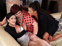 Three Mature Lesbians Getting Wet On The Vis-�-vis - MatureNL